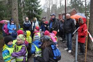 Många hade hittat till invigningen av grodornas nya damm trots busväder.
