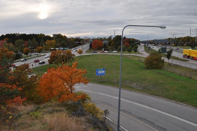 Västertorpsmotet sett från Älvsjöhållet. Här syns tydligt vilken lång sårbar sträcka som helt saknar bullerskydd!