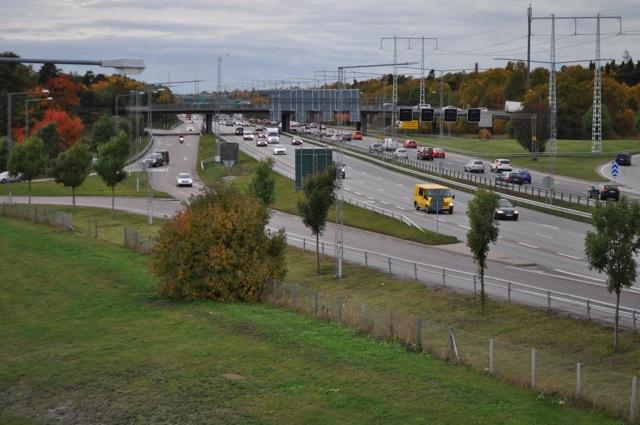 Här syns än tydligare den långa sträckan som saknar bullerskydd längs med E4, en av Sveriges hårdast trafikerade vägar!